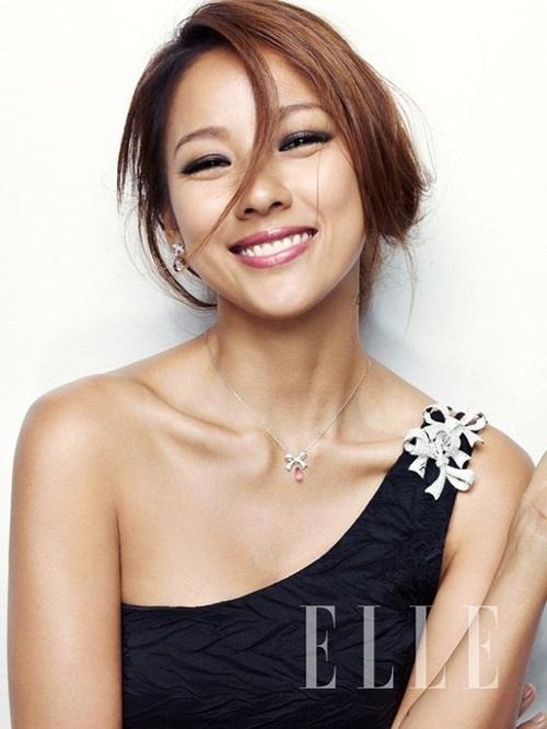 Biệt danh Nữ hoàng gợi cảm mà Lee Hyo Ri có được không chỉ đến từ làn da nâu gợi cảm, phong cách âm nhạc sexy mà còn bởi thân hình nóng bỏng với đôi xương quai xanh được ví như kiệt tác.