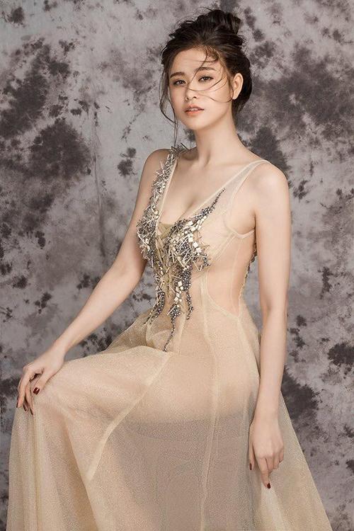 Trương Quỳnh Anh mặc váy mỏng như sương tôn đường cong ẩn hiện.