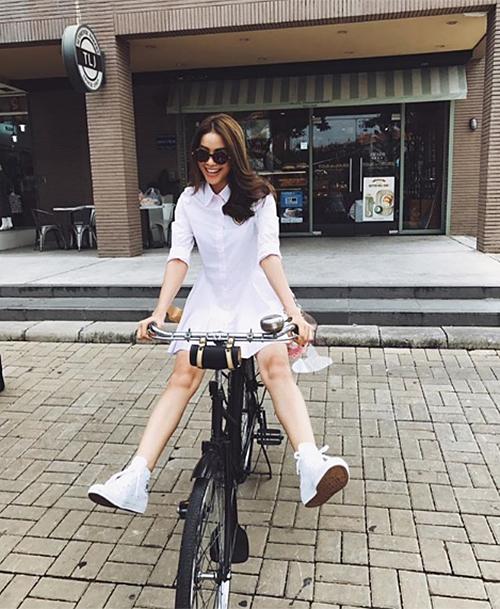 Phạm Hương diện váy trắng, đi giày thể thao nghịch ngợm như teen girl trên đường phố châu Âu.
