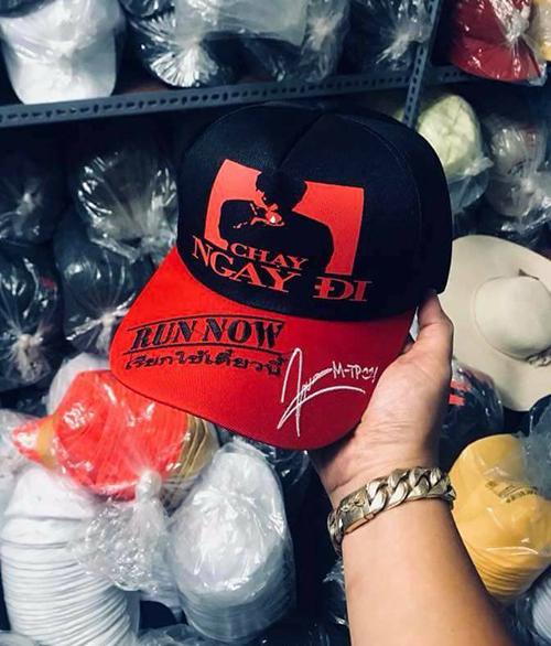 Mũ lưỡi trai Chạy ngay đi được bán với giá khoảng 80-100k, những chiếc in cả chữ ký thì giá sẽ nhỉnh hơn một chút.