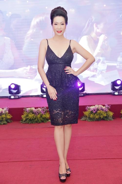 Á hậu Trịnh Kim Chi ăn diện gợi cảm với áo hai dây khoe vòng một thu hút sự chú ý.