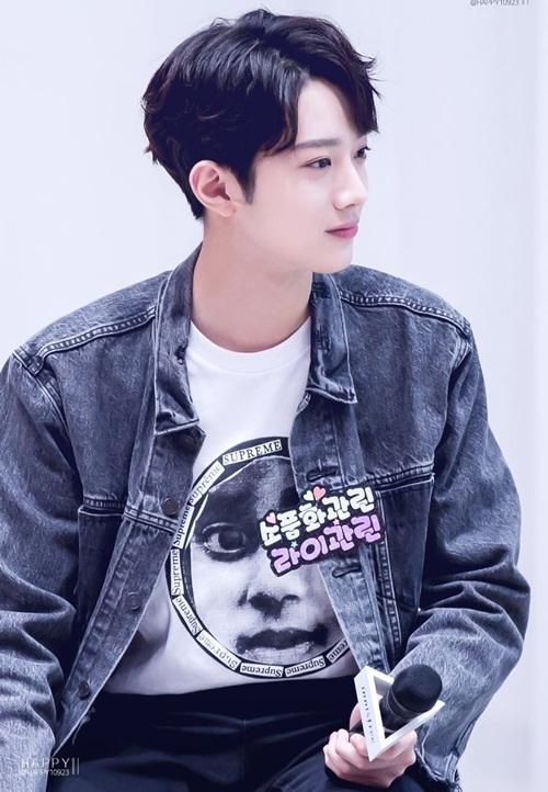 Lai Kuan Lin nổi lên nhờ ngoài hình khi tham gia Produce 101. Anh chàng thuộc 10x nhưng sở hữu chiều cao vượt trội, gu ăn mặc cực chất.
