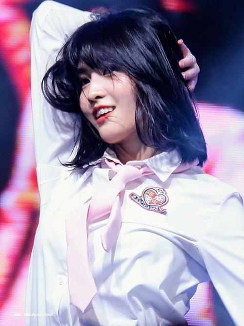 J-Line của Twice đang là những idol đến từ Nhật Bản nổi tiếng nhất Kpop. Momo là dancer chính, luôn toát ra thần thái khó cưỡng trên sân khấu.