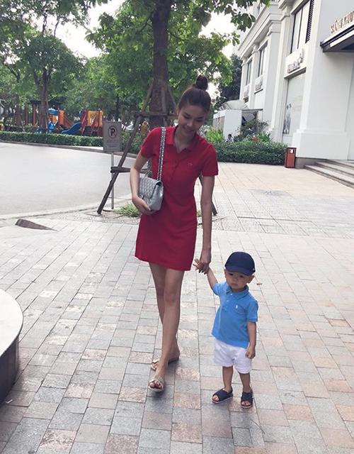Kỳ Hân đưa cậu con trai kháu khỉnh đi dạo phố.