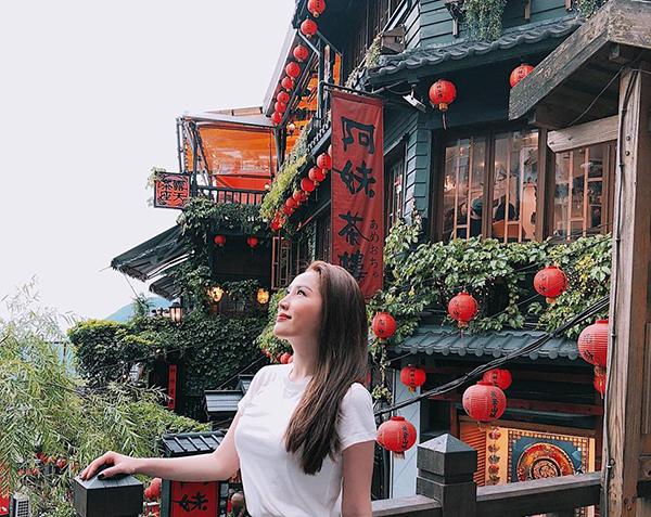 Bảo Thy mơ màng ngắm cảnh cổ kính ở Jiufen, Đài Loan.