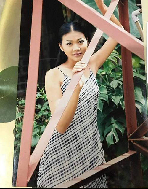 Thanh Hằng thích thú với bức ảnh xưa cũ, khi còn ở tuổi teen đã rất xinh đẹp, sắc sảo.