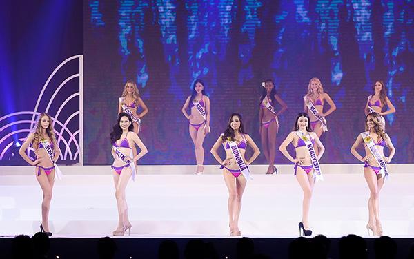 Phần trình diễn trang phục bikini sôi động, hào hứng và phần trình diễn trang phục dạ hội gợi cảm, lộng lẫy diễn ra ngay sau đó liên tục lôi cuốn sự theo dõi của 3.000 khán giả xem trực tiếp và nhiều khán giả xem qua truyền hình lẫn mạng xã hội. Các người đẹp khắp 5 châu đều diện những bộ dạ hội rực rỡ nhất và cho thấy kỹ năng trình diễn chuyên nghiệp.