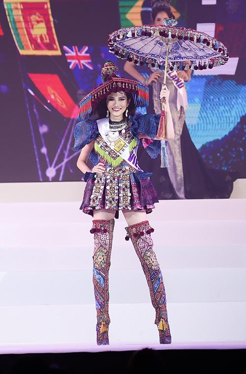 Mở màn trong phần thi trang phục truyền thống, bộ đồ của dân tộc HMông lại được Nguyễn Diệu Linh chọn thể hiện phô diễn và gây chú ý trên sân khấu.