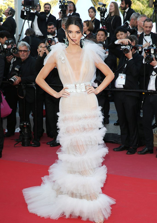 Kendall Jenner là mỹ nhân nghiện thả rông nhất Hollywood. Đến dự LHP Cannes, cô nàng liên tục diện lên thảm đỏ những bộ cánh gợi cảm, đỉnh điểm là chiếc váy xuyên thấu màu trắng muốt, hoàn toàn nói không nói không với nội y.
