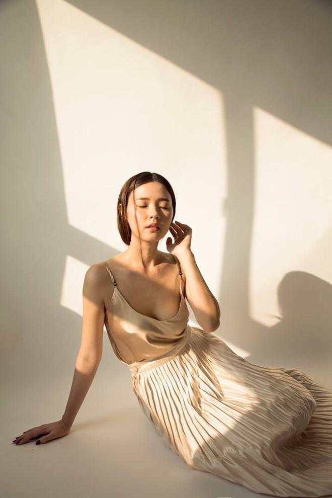 <p> Cuối năm 2017, cô nàng bắt đầu chuyển hướng sexy, bắt đầu diện những thiết kế khoe vóc dáng táo bạo.</p>