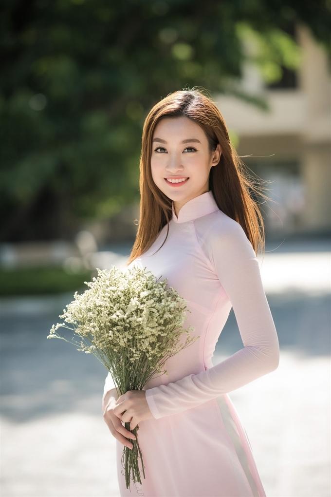 <p> <strong>Hoa hậu Đỗ Mỹ Linh:</strong>Là một trong những người đẹp mặc kín đáo nhất làng hoa hậu Việt, Mỹ Linh xây dựng hình ảnh thanh lịch, duyên dáng. Cô thường lựa chọn trang phục nhã nhặn, hiếm khi mặc sexy đi dự sự kiện.</p>