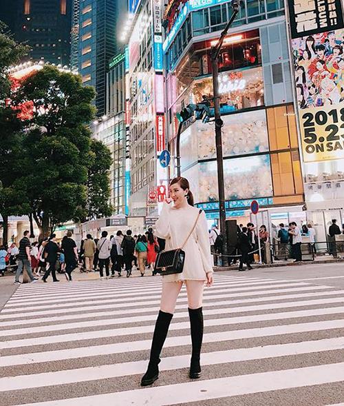 Bảo Thy diện áo theo style mặc quần như không thả dáng giữa Tokyo hào nhoáng về đêm.