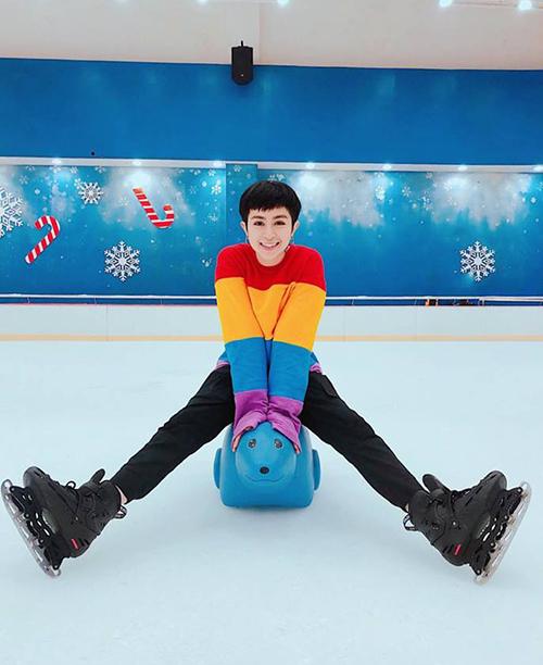 Gil Lê khiến fan thích thú khi diện chiếc áo sặc sỡ đáng yêu đi trượt tuyết trong nhà.