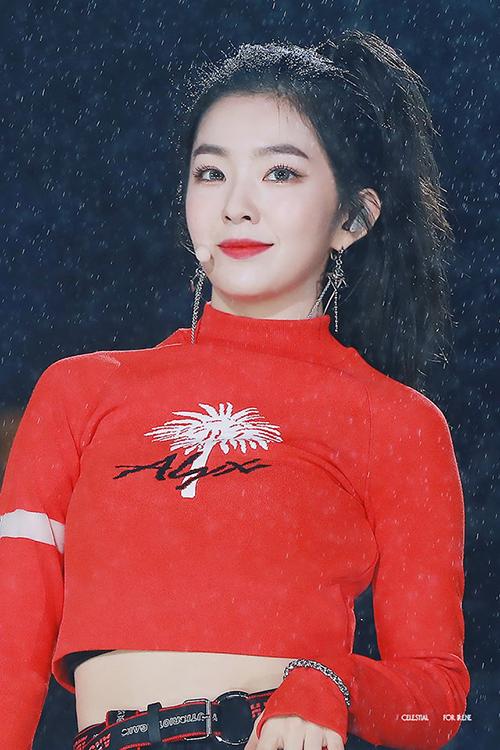 Những giọt mưa vô tình trở thành phông nền cực chất cho bức ảnh chụp cận mặt của Irene.
