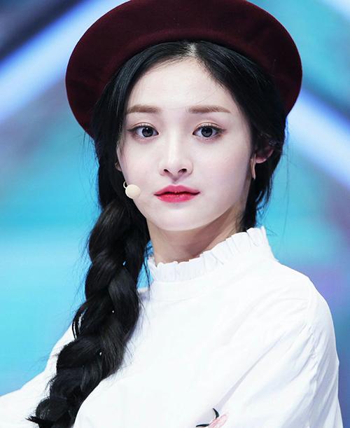 Kyul Kyung vốn là một thành viên khá nổi bật trong Pristin nhờ diện mạo xinh đẹp, có nhiều nét tương đồng với Tzuyu (Twice). Trước đây, cô nàng luôn trông rất ngây thơ khi để lông mày ngang mỏng, tạo cảm giác hiền hòa.