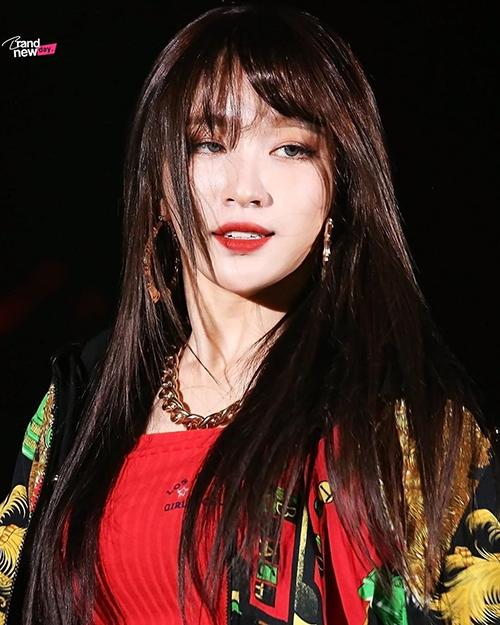 Thay vì những tông màu nổi như mọi nay, các sao Hàn đang có xu hướng quay về với màu tóc nguyên thủy. Hani đã nhuộm đủ màu màu nổi từ đầu năm và màu tóc đen giúp cô nàng thêm phần cuốn hút.