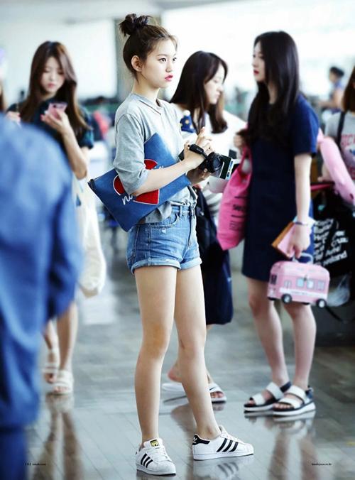 Nhờ lợi thế đôi chân dài, Do Yeon rất tự tin khi mặc quần short. Với set đồ cơ bản áo phông, quần ngắn, kiểu tóc múi mát mẻ, thành viên Weki Meki đã có ngay một set đồ chuẩn mùa hè.