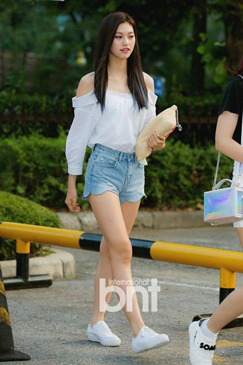 Để tăng thêm nét nữ tính, Do Yeon khéo khoe vai trần với áo trễ, kiểu quần có đường viên uốn lượn bắt mắt.