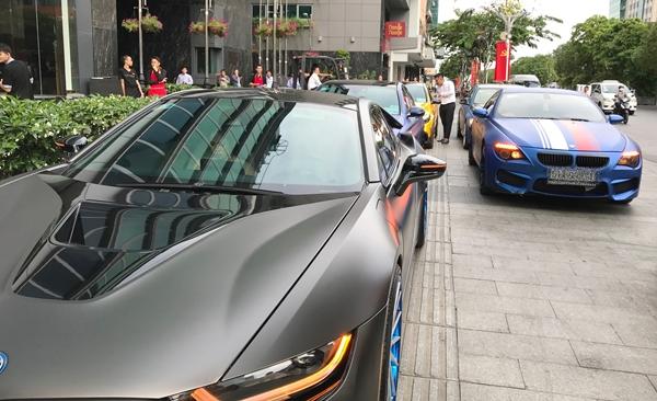 Gây chú ý trên một tuyến đường thuộc trung tâm là dàn xe gồm khoảng 12 chiếc xe đắt tiền do nhà trai chuẩn bị.