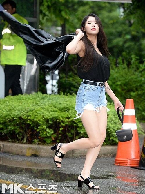 Nữ idol quyết tạo dáng lố bất chấp trời mưa gió - 2