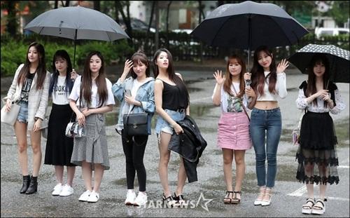 Nữ idol quyết tạo dáng lố bất chấp trời mưa gió - 5