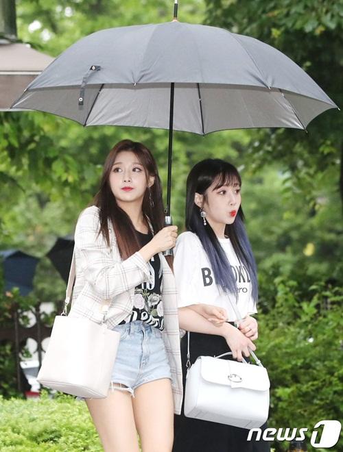 Nữ idol quyết tạo dáng lố bất chấp trời mưa gió - 6