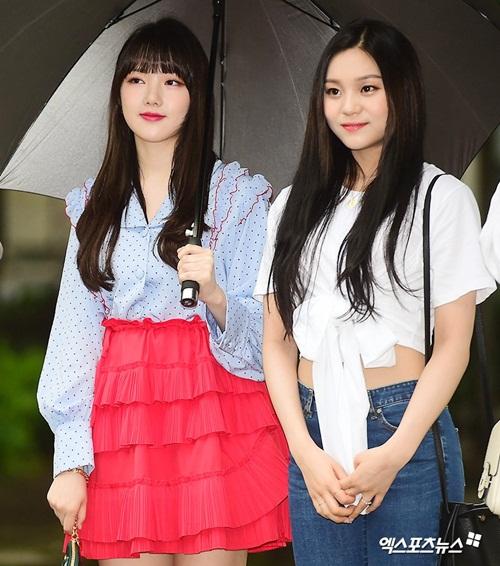Nữ idol quyết tạo dáng lố bất chấp trời mưa gió - 8