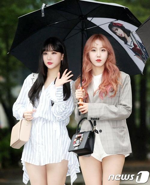 Nữ idol quyết tạo dáng lố bất chấp trời mưa gió - 9