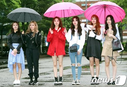 Nữ idol quyết tạo dáng lố bất chấp trời mưa gió - 11