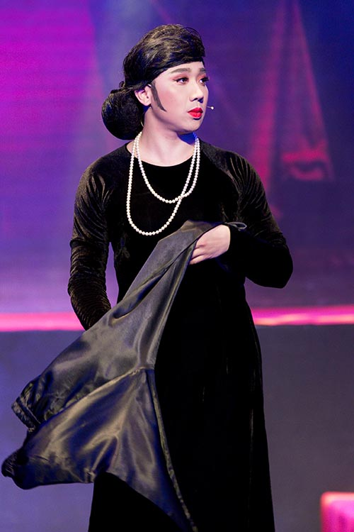 Trấn Thành cũng trở lại tiết mục bằng vai diễn bà bầu sân khấu.