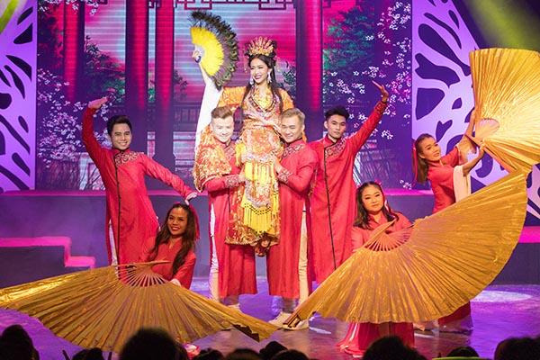 Ngày 17/5, buổi diễn đầu tiên minishow Yêu của Diệu Nhi diễn ra tại TP HCM, đánh dấu 5 năm làm nghề của nữ diễn viên. Suốt 2 tiếng 30 phút, Diệu Nhi mang lại cho khán giả những tiếng cười thư giãn, kết hợp kể về chặng đường đã đi qua.