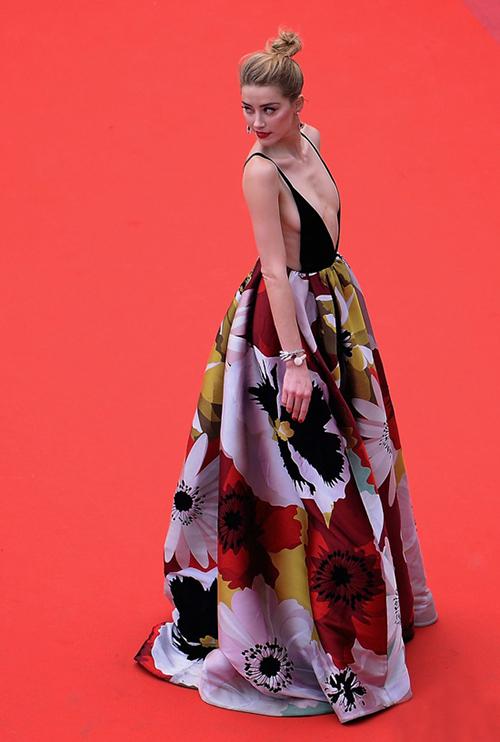 Amber Heard chẳng ngại mặc váy với phần thân trên bé xíu, chỉ che được chút ít vòng một.