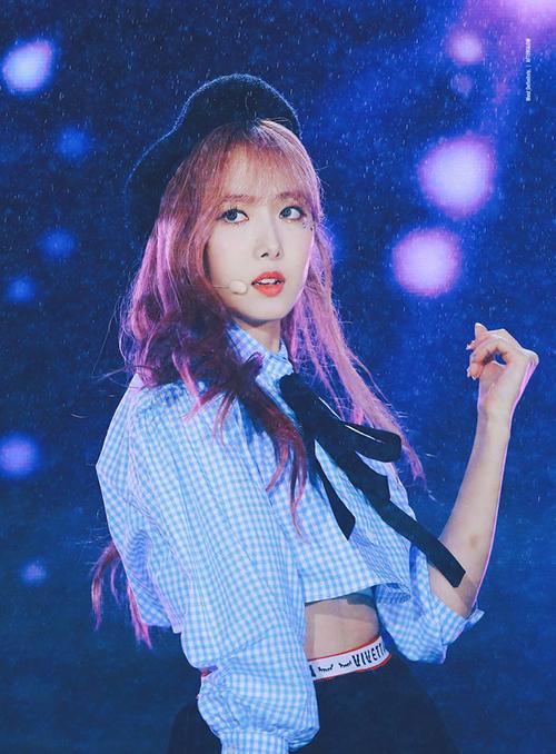 Màu tóc hồng của SinB cùng khiến cô nàng thêm nổi trội.