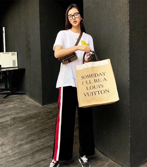 Là một trong những hot girl nức tiếng Hà thành, Hà Lade không chỉ sở hữu gương mặt thu hút mà còn có phong cách thời trang chất lừ. Diện mạo của cô nàng luôn gắn liền với những món hàng hiệu từ đầu đến chân. Ngay từ lúc mới nổi tiếng, Hà Lade đã thường xuyên được gắn mác hot girl con nhà giàu.