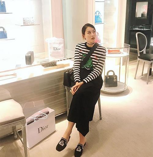 Trên trang cá nhân, Hà Lade thường xuyên khoe cuộc sống sang chảnh với những chuyến du lịch khắp đây đó, những chuyến mua sắm hàng hiệu không biết mệt. Cô nàng không chỉ có xuất thân nhà giàu mà còn cá kiếm được khoản thu không nhỏ từ cửa hàng thời trang riêng cũng như việc chụp hình lookbook, tham gia sự kiện.