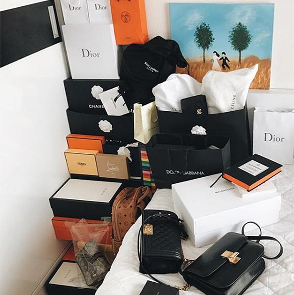 Mới đây, Hà Lade khoe một góc phòng với hàng loạt hộp đựng hàng hiệu to nhỏ đầy ắp, để chật kín. Đây là chiến tích sau những lần vung tiền mua sắm của hot girl.