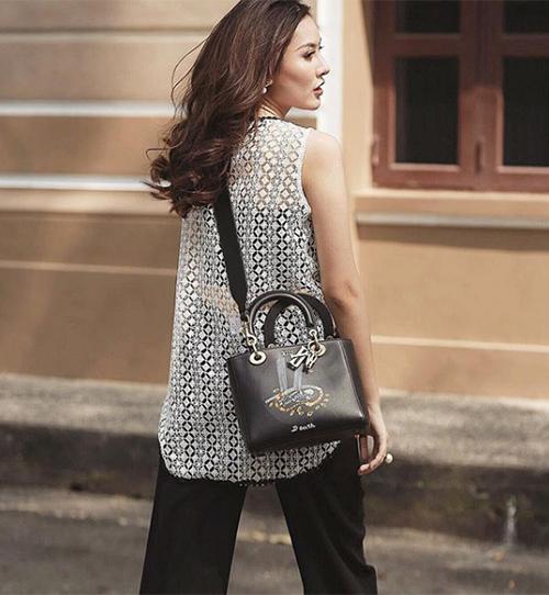 Dior là một trong những thương hiệu yêu thích nhất của Hà Lade. Cô nàng cập nhật thường xuyên mẫu mã mới của hãng này với đủ size túi xách từ cỡ nhỏ, vừa đến lớn.