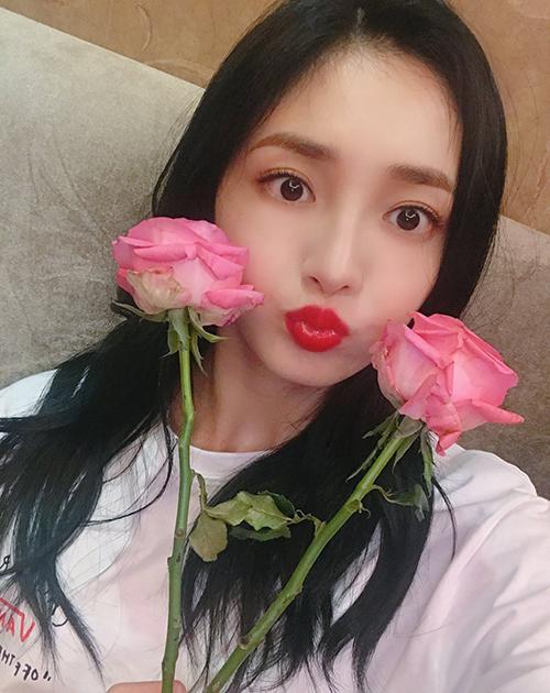 Nhan sắc của nữ idol 19 tuổi sau khi đổi lông mày cũng được so sánh với biểu tượng sắc đẹp Nana. Hình ảnh của cô nàng là minh chứng cho thấy tầm quan trọng của đường nét này trên gương mặt.
