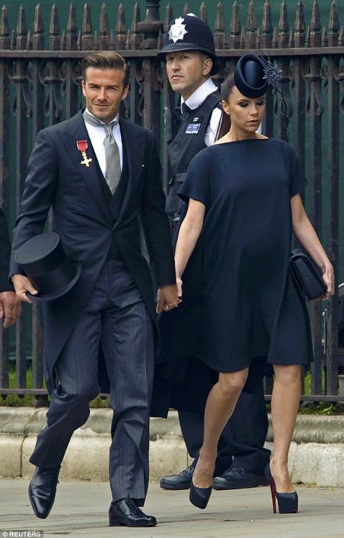 Trang phục của cặp đôi gây liên tưởng đến diện mạo của họ tại đám cưới của hoàng tử William và công nương Kate diễn ra vào năm 2011.