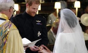 Cô dâu Meghan xúc động khi Hoàng tử Harry trao nhẫn cưới
