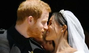 Khoảnh khắc hoàng tử hôn vợ ngọt ngào trong đám cưới
