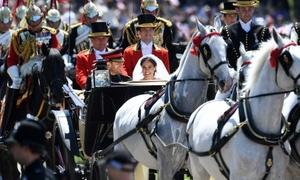 Hoàng tử Harry và vợ ngồi xe ngựa ra mắt hàng nghìn người dân