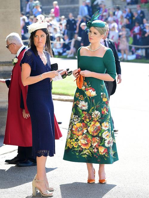 Trong đám cưới, Lady Kitty Spencer diện bọ váy chữ A màu xanh thanh lịch của thương hiệu Dolce & Gabbana. Diện mạo hoàn hảo cùng thần thái sang chảnh giúp cô thu hút ống kính, đồng thời ngay lập tức được khen ngợitrên hàng loạt tờ báo Anh và quốc tế.
