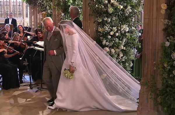 Bộ váy cưới này được tạo ra bởi Claire Waight Keller - giám đốc sáng tạo của Givenchy. Theo Harpers Bazzar, giá trị ước tính của trang phục này khoảng 100 nghìn bảng Anh (tương đương 3 tỷ đồng).