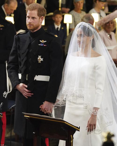 Điểm nhấn của váy là phần cổ thuyền tôn lên bờ vai thon của cô dâu, đồng thời tạo hình ảnh nền nã đậm chất cổ điển. Nhiều lời khen ngợi dành cho sự lựa chọn tinh tế, đúng tinh thần hoàng gia của Meghan Markle.
