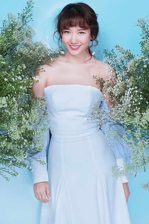 Với sự hòa quyện hai tông màu trắng - xanh pastel, Hari Won vẫn nổi bật với hình ảnh quý cô thanh lịch.