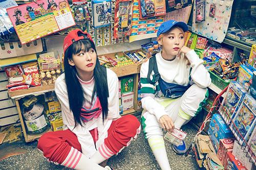 Hai girlcrush Seul Gi và Moon Byul hợp tác trên tạp chí khiến fan nữ bấn loạn.