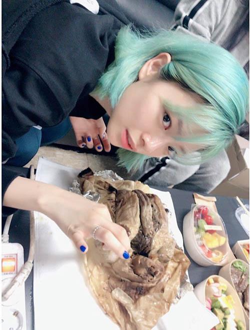 Jeong Yeon tranh thủ nạp năng lượng bằng món gà trước khi quẩy trên sân khấu.