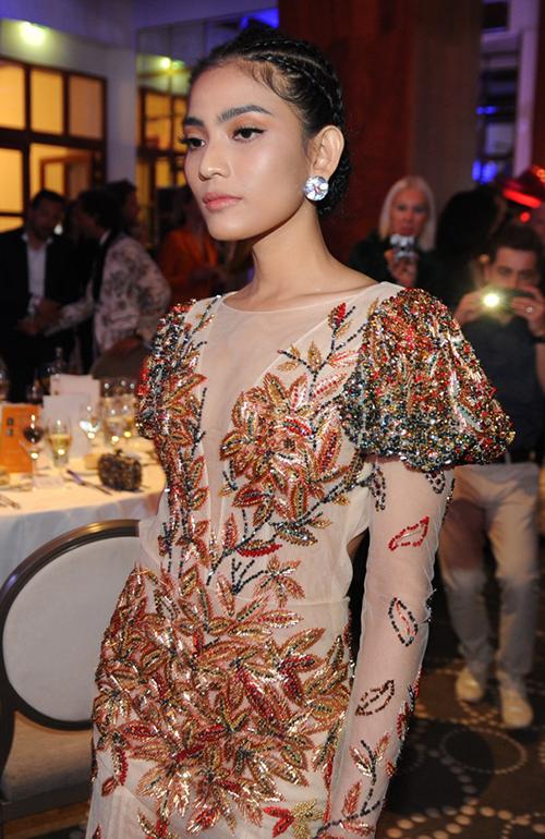 Á hậu Trương Thị May đang có mặt tại Pháp và xuất hiện trong sự kiện Gala dinner từ thiện Ciné-Arts thuộc chuỗi chương trình lớn của Liên hoan phim Cannes. Chương trình có sự góp mặt của nhiều ngôi sao quốc tế nổi tiếng.