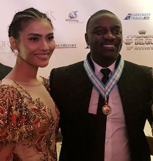 Tại đây, Á hậu đã có dịp gặp gỡ với nhiều nhân vật nổi tiếng, trong đó có rapper Akon. Anh là ngôi sao âm nhạc người Mỹ gốc Senegal từng được nhiều đề cử và đoạt các giải thưởng âm nhạc lớn trên thế giới Grammy, Billboard, MTV Music awards...